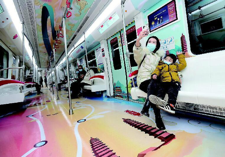 """地铁2号线有趟""""丝绸之路""""主题列车"""