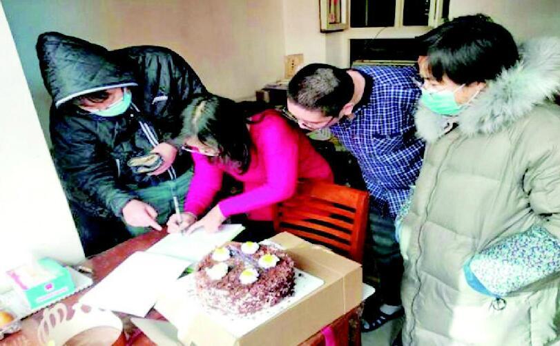居民过生日 社区送祝福
